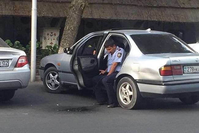 Полицейский, справляющий нужду